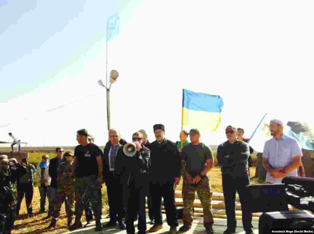 На контрольно-пропускном пункте «Чонгар» на административной границе с Крымом утром 20 сентября состоялся митинг, приуроченный к началу «продовольственной блокады».Проезд грузового транспорта в сторону полуострова запретили.