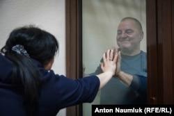 Бекиров разговаривает с дочерью в суде