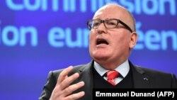 Вице-президент Еврокомиссии Франц Тиммерманс сообщает о начале действия статьи 7 Договора о ЕС в отношении Польши.