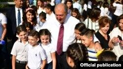 Արմեն Սարգսյանը երեխաների հետ, արխիվ