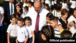 ՀՀ նախագահ Արմեն Սարգսյանը դպոցականների հետ, Երևան, 1-ը սեպտեմբերի, 2018թ․