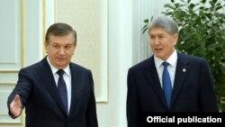 Президент Кыргызстана Алмазбек Атамбаев (справа) с президентом Узбекистана Шавкатом Мирзияевым. Самарканд, 24 декабря 2016 года.