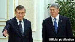 Мамлекет башчы Алмазбек Атамбаев менен Өзбекстан президенти Шавкат Мирзиёев.