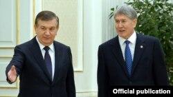 Президент Кыргызстана Алмазбек Атамбаев и президент Узбекистана Шавкат Мирзияев (слева). Самарканд, 24 декабря 2016 года.