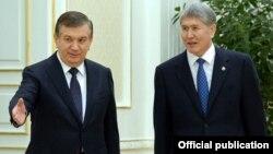 Президенты Узбекистана и Кыргызстана Шавкат Мирзиеев и Алмазбек Атамбаев. Самарканд, 24 декабря 2016 года.