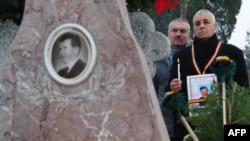 У могилы Николае и Елены Чаушеску, 25 декабря 2009 г.