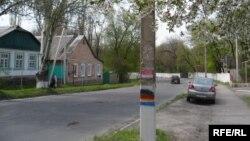 Борьба флагов Украины и группировки «ДНР» на столбах в Торезе