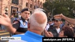 Ոստիկանն ապտակում է տարեց ցուցարարին, Երևան, Հանրապետության հրապարակ, 21-ը օգոստոսի, 2015թ․