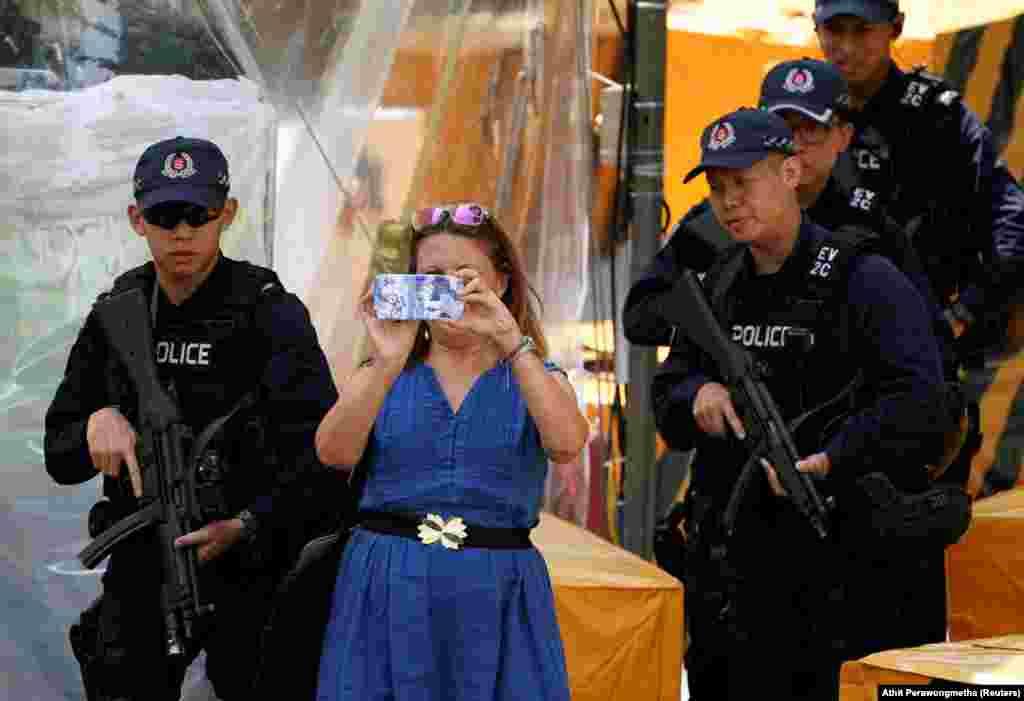 Отели, в которых остановились высокопоставленные лица, усиленно патрулирует полиция.