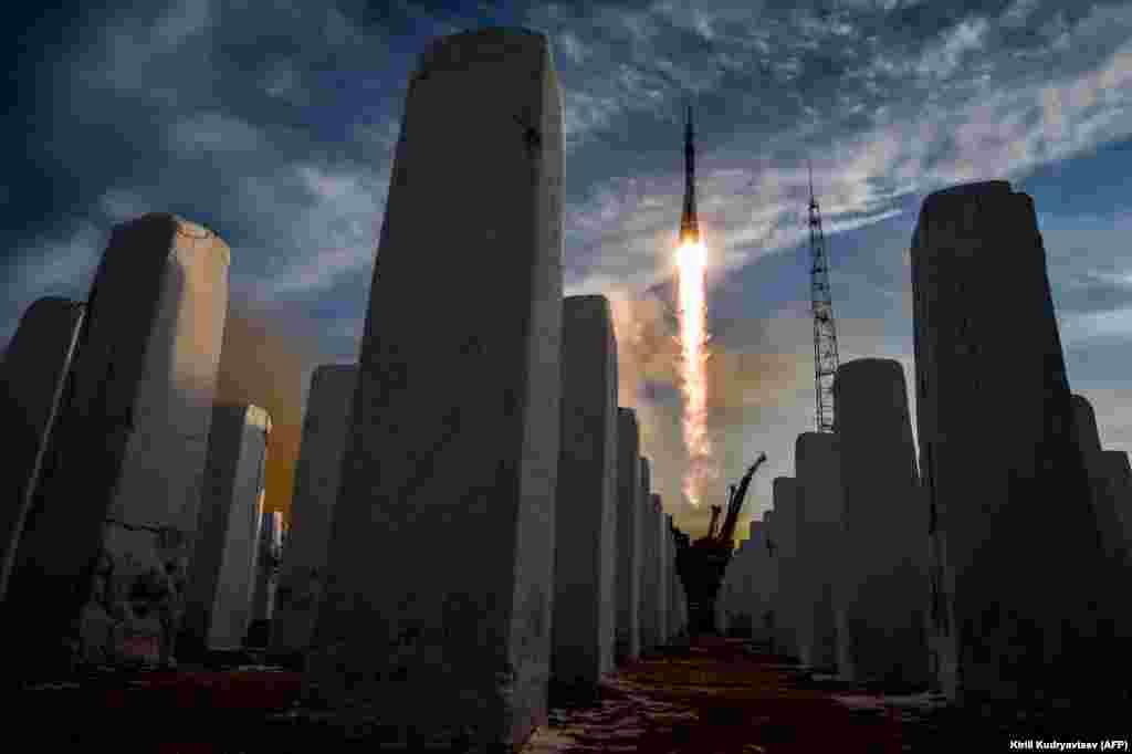 """Ресейлік, америкалық және канадалық ғарышкер отырған """"Союз МС-11"""" кемесі Байқоңыр айлағынан ғарышқа көтерілді. Қазан айындағы апаттан соң """"Союз"""" кемесі 3 желтоқсанда бірінші рет ғарышқа ұшты. Экипаж мүшелері халықаралық ғарыш станциясына алты сағаттан соң жеткен."""