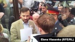 Депутат Илья Пономарев, граждане и полиция на трамвайной остановке