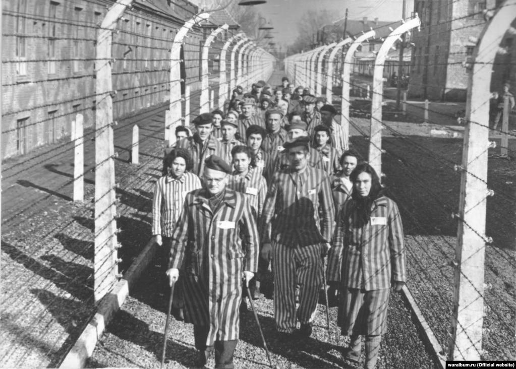 Освенцим лагериндеги туткундар. Освенцим эң чоң нацисттик лагерь болгон. Бул жерде бир миллиондон ашык адам жок кылынган. 1940-жылдын май айынан 1945-жылдын январь айына чейин бул жерге гитлердик армия басып алган Европа өлкөлөрүнөн жөөттөрдү ташып келип турушкан.
