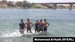 شبان يسبحون في نهر دجلة بالموصل