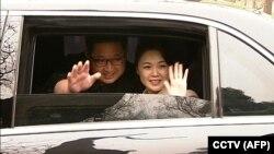 Kim Jong Un și soția sa Ri Sol Ju la plecarea de la Beijing la 28 martie 2018