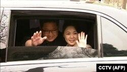 Ким Чен Ын жубайы менен Бээжиндеги жолугушуудан кетип баратышат. 27-март, 2018-жыл.