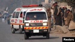 Жардыруу болгон жерге келген тез жардам машинеси. Пакистан.