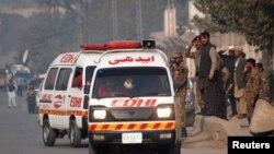 Պակիստան -- «Շտապ օգնության» մեքենաները հարձակման ենթարկված դպրոցի մոտ, 16-ը դեկտեմբերի, 2014