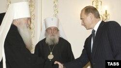 Владимир Путин лично курировал сближение церквей. С митрополитами Лавром и Ювеналием
