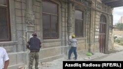 Mirzə Fətəli küçəsi, 145 ünvanında yerləşən tarixi binanın üzlüyünün sökülməsi