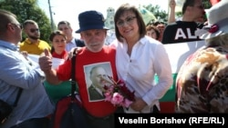 Лидерката на БСП Корнелия Нинова със симпатизант по време на празника на БСП в събота в София