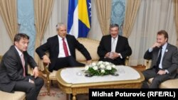 Сербия Президенти Б.Тадич (чапдан иккинчи) билан Босниянинг уч президенти ўртасидаги учрашув, 2011 йил 6 июл.