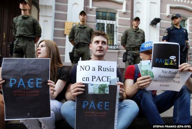 Учасники пікету біля посольства Італії в Україні на знак протесту проти рішення Парламентської асамблеї Ради Європи про повернення представників Росії у ПАРЄ. Київ, 25 червня 2019 року