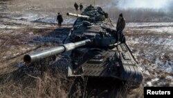 Донбассдаги айирмачиларга қарашли танклар.
