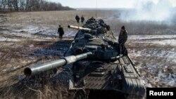 Расмий Киев жана Батыш өлкөлөрү Украинанын чыгышындагы жикчилер танкттарды Орусиядан алып жатат деп эсептешет.