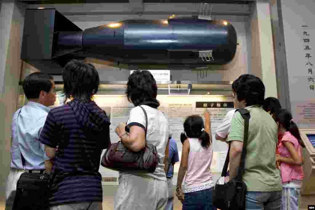 """Макет сброшенной на Хиросиму атомной бомбы Little Boy (""""Малыш"""") в натуральную величину, в городском Мемориальном парке-музее мира."""