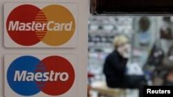 Moskvada dükanın qapısında MasterCard-ın nişanı