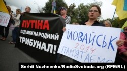 За офіційними даними, унаслідок боїв за Іловайськ загинули 366 українських військових і правоохоронців, 429 були поранені, 128 потрапили в полон, 158 вважають зниклими безвісти