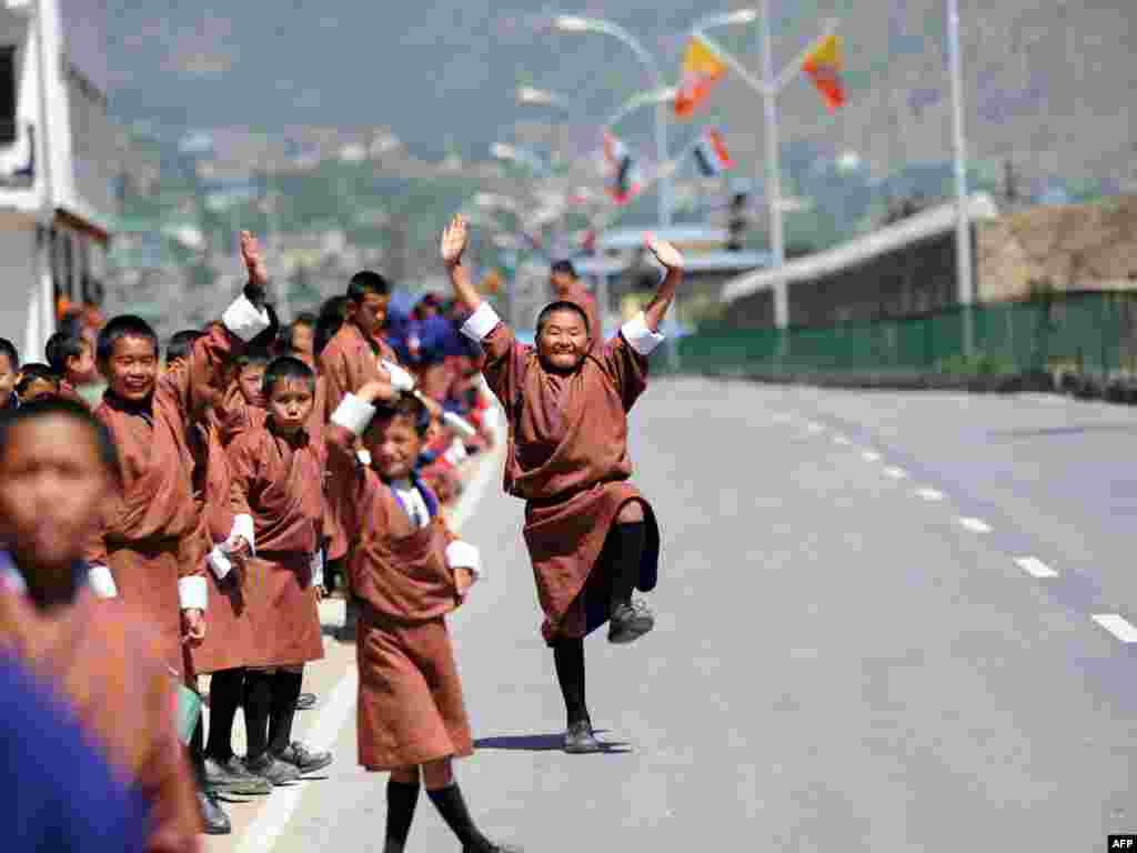 Бутан. Дзеці сустракаюць індыйскага прэм'ера, які прыехаў на паўдзённаазіяцкі саміт.