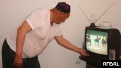 Житель Казахстана смотрит телевизор. Иллюстративное фото.