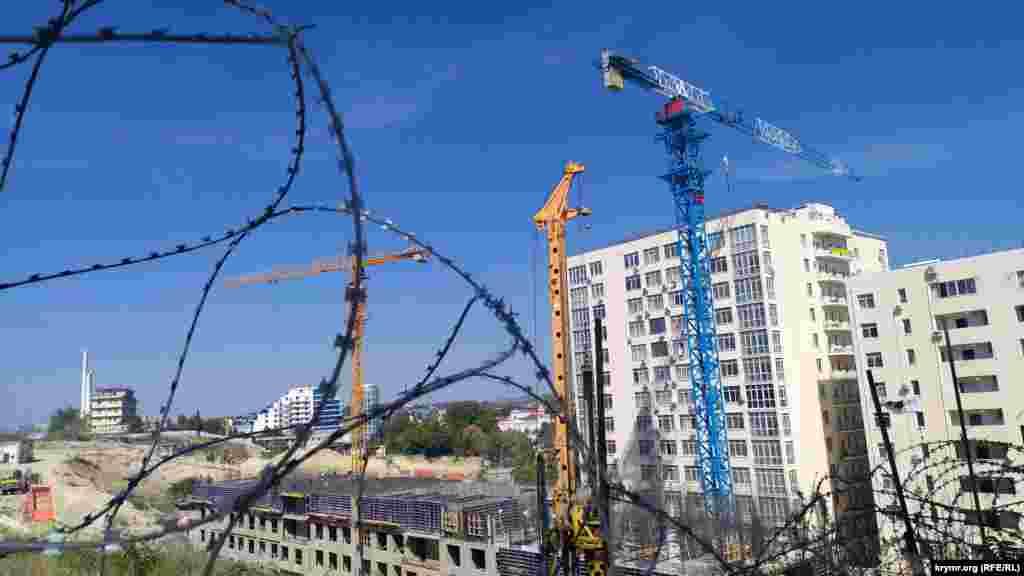 На території колишнього 54-го військового заводу в рамках культурного кластера зводять багатоповерховий житловий будинок, з вікон якого відкриватиметься краєвид на Севастопольську бухту