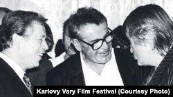 Слева направо: драматург Вацлав Гавел, режиссер Милош Форман и актер Павел Ландовский на Карловарском кинофестивале, 1990