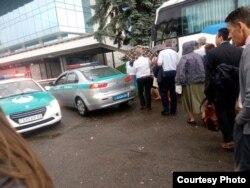 Делегаты регионального Конгресса Свидетелей Иеговых садятся в автобус, рядом - полицейские машины. Фото предоставлено «Христианским Центром Свидетелей Иеговы» в Алматы. 24 июня 2017 года.