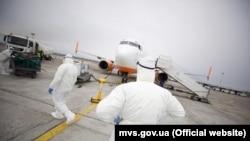 Перевірку громадян за всіма базами даних здійснили ще до прильоту літака
