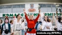 «Ми вас любимо! Припиніть бити нас!»: протест жінок у Білорусі (фотогалерея)