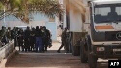 Өлгөндөрдүн сөөгүн аныкташ үчүн машинеге артып жатышат, Ин Аменас, 21-январь, 2013