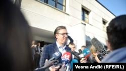 Svojim nastupom Vučić nastoji da oda utisak političara koji ima odgovore na sva pitanja