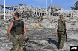 Бойовики угруповання «ЛНР» біля знищеного аеропорту Луганська, який тривалий час обороняли українські військові, 11 вересня 2014 року