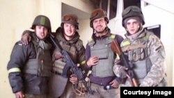 Ярослав Погорелий з побратимами з 79-ї бригади в аеропорту