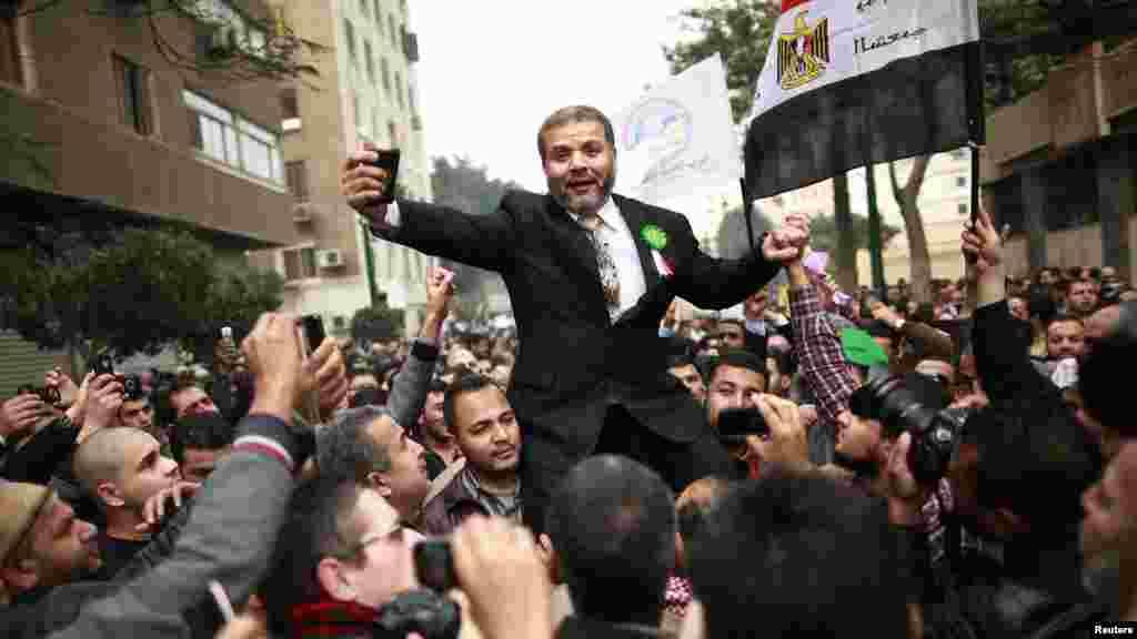 """""""მუსლიმთა საძმოს"""" მხარდამჭერები 23 იანვარს კაიროში, ეგვიპტის პარლამენტთან ზეიმისას. კანონმდებლებმა პირველი სხდომა ჩაატარეს მას შემდეგ, რაც არჩევნების შედეგად ისლამისტები გახდნენ დომინანტური ძალა ასამბლეაში, 2011 წლის თებერვალში პრეზიდენტ ჰოსნი მუბარაქის მმართველობის დამხობის შემდეგ. (Reuters/Suhaib Salem)"""