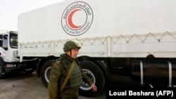 Ruski vojnik nadgleda konvoj humanitarne pomoći na putu ka Istočnoj Guti, 5. mart 2018.
