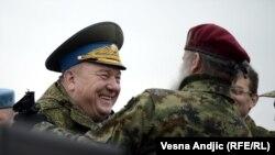 Vladimir Šamanov general ruske vojske i Jovan Ćulibrk iz 63. padobranske brigade iz Niša, na poligonu Nikinci 2014. godine