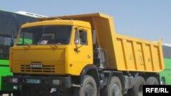 """Казахстанские водители должны отдать по приговору суда свои грузовые автомобили. Большинство из них - вот такие автомобили """"Камаз""""."""