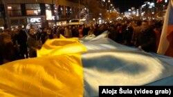 Акивисты чешской группы «Капутин» развернули украинский флаг на Вацлавской площади в центре Праги, 17 ноября 2017 года
