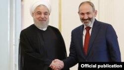 Baş nazir Nikol Pashinian (sağda) və İran prezidenti Hassan Rohani oktyabrın 1-də Yerevanda görüşüblər