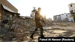 یکی از اعضای نیروی ویژه عربستان سعودی در حال عبور در العوامیه