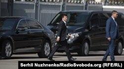 Владимир Зеленский озод этилган ҳамюртларини кутиб олиш учун Киев аэропортига келди.